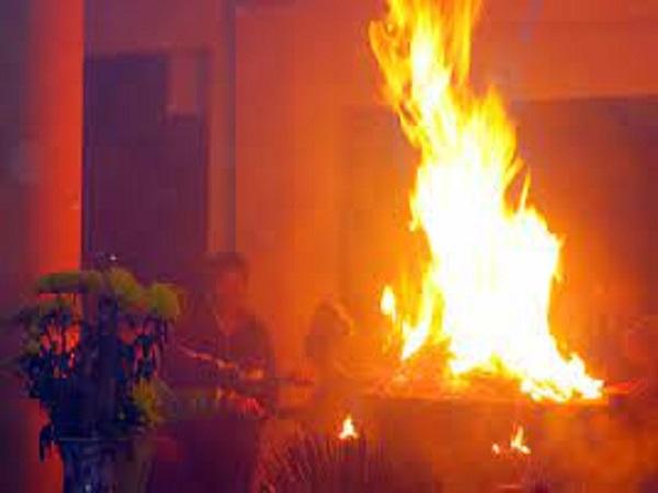 Bát hương bốc cháy có điềm báo tốt hay xấu?